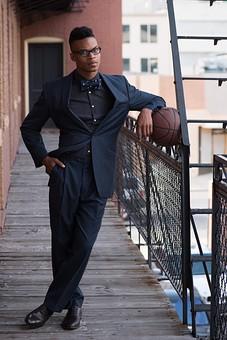 屋外 通路 人物 外国人 黒人 黒髪 男性 20代 30代 若者 スポーツ選手 アスリート モデル バスケット バスケットボール ボール スポーツ ジャケット 上着 蝶ネクタイ めがね メガネ 眼鏡 イケメン ハンサム かっこいい スタイリッシュ クール ファッション カメラ目線 全身 mdfm054