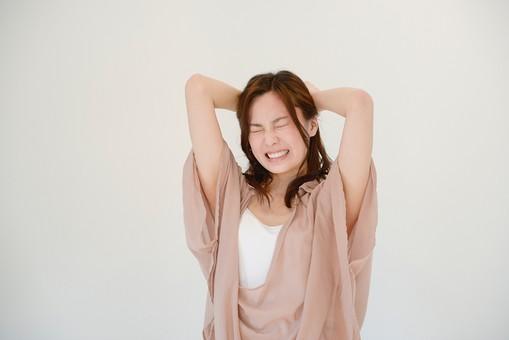 日本人 女性 女 30代 アラサー グレーバック 背景 グレー ポーズ ハーフアップ 髪型 茶髪 ナチュラル 私服 カジュアル ピンク ピンクベージュ 発狂 頭 頭痛 痛い 痛む ストレス 発散 ストレス発散 押さえる 抱える 噛みしめる 噛み締める 苦痛 mdjf013
