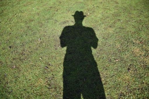 シャドー ハット 芝 芝生 おじさん 足長 脚長おじさん 脚長 足長おじさん 男性 男 シルエット 影 男性イメージ おじさんイメージ シルクハット 縦折れ 縦折れ帽子 帽子