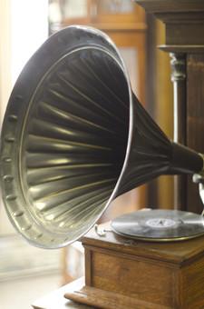 アンティーク 骨董品 コレクション 古い 昔 蓄音機 音楽 音響 雑音 ノイズ 録音機 ぜんまい レコード 振動 アナログ オーディオ 懐かしい 思い出 懐古 愛着 こだわり ビンテージ ヴィンテージ 掘り出し物 ボケ味 ピント ぼかし