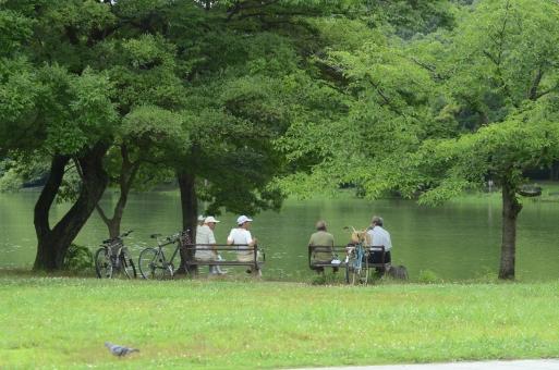 男性 公園 安らぎ おしゃべり 談話 休息 男 休憩 会議 語らい 自然