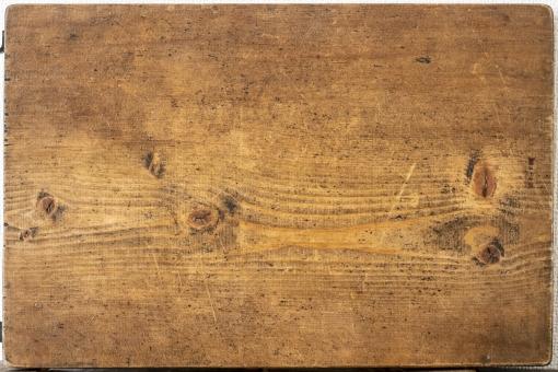 木の机と白い壁と木のまな板の写真