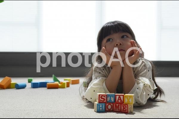 子供 ステイホーム ほおづえをつくの写真