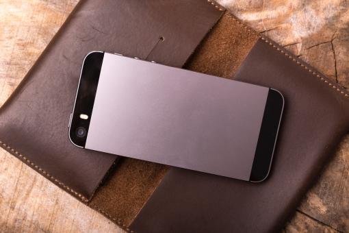 スマートフォン スマホ iPhone レザー カバー ケース 入れ物 ビジネス 仕事 おしゃれ スタイリッシュ カード入れ スマホケース 携帯 電話 携帯ケース 木目 机 デスク テーブル カメラ レンズ 後ろ 背中 裏側 四角 ブラック 黒 ブラウン 茶