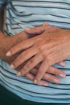 人物 老人 お年寄り 高齢者 シルバー   年老いた手 ハンドパーツ 手 指 ハンド   パーツ 手の表情 年老いた手 皺 しわ   シワ クローズアップ 男性 おじいちゃん おじいさん 両手 手の甲 手を重ねる 重ねる お腹 手元 手先 指先