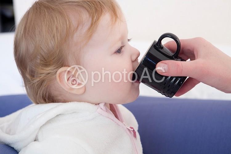 ドリンクを飲む赤ちゃんの写真