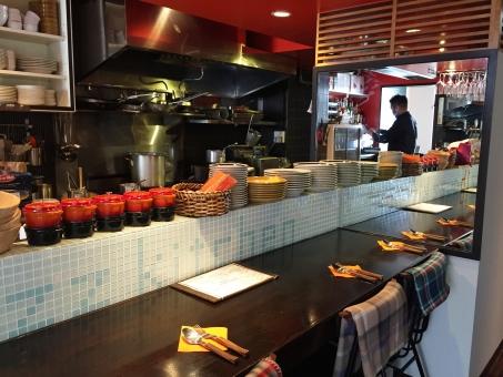 レストラン カフェ 飲食店 カウンター テーブル おしゃれ オシャレ センスがいい 赤 茶色 厨房 シェフ コック 料理人 店内