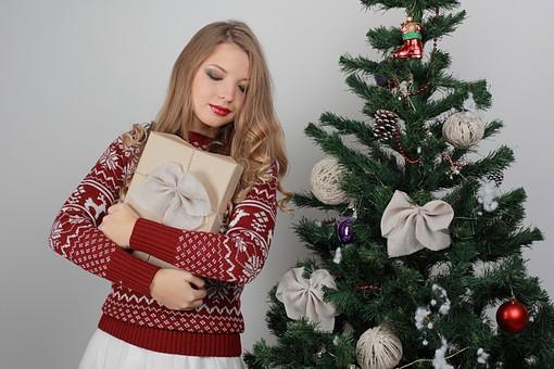 白バック 白背景 グレーバック 外国人 白人 金髪 ブロンド 20代 30代 女性 セーター ニット ノルディック柄 スカート クリスマス Christmas X'mas クリスマスツリー ツリー モミ もみの木 樅の木 モミの木 飾り オーナメント ボール リボン ブーツ 松ぼっくり 立つ プレゼント 箱 ボックス 贈り物 BOX 持つ カメラ目線 笑顔 笑う スマイル 微笑む  mdff129