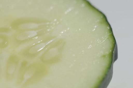 キュウリ きゅうり 胡瓜 夏野菜 野菜 食料品 食品 食べ物 食べる 健康 フレッシュ 新鮮 自然 ダイエット 食材 栄養 調理 料理 支度 仕込み 食事 カット 切る 下ごしらえ 輪切り アップ 種