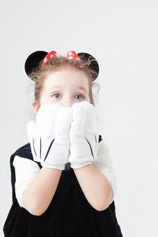 外国人 白人 キッズモデル モデル キッズ 子供 子ども 白バック 白背景 屋内 スタジオ撮影 人物 女の子 女児 女 少女 幼児 小学生 ポートレート ポートレイト 仮装 ハロウィン コスプレ コスチューム 衣装 ごっこ遊び 遊ぶ 真似 ポーズ 上半身 ミニーマウス ミニー キャラクター ディズニー かわいい 驚く ビックリ びっくり mdfk044