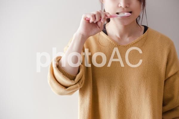 歯を磨く女性の写真