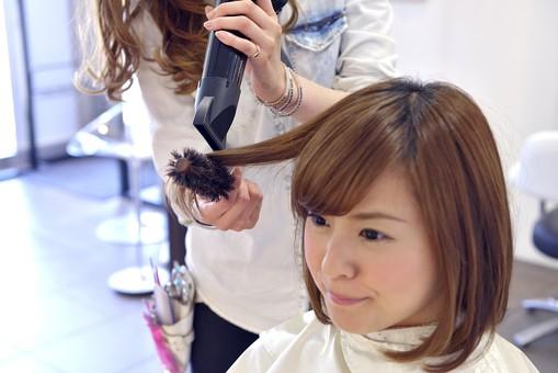 人物 女性 日本人 若い 若者  20代 お客 モデル カットモデル 美容室  美容院 ヘアーサロン 仕事 職業 美容師  屋内 お店 店内 ヘアカット ヘアセット セミロング  美容 ビューティー おしゃれ オシャレ スタイリング  ドライヤー 乾かす ブロー 仕上げる mdjf003