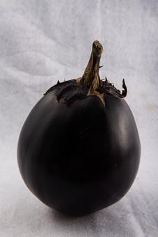 野菜 なす ナス 茄子 米茄子 米なす 米ナス 新鮮 フレッシュ 栄養 ヘルシー 健康 美容 ビタミン カロチン 食べ物 農産物 作物 収穫 夏野菜 緑黄色野菜 食材 ヘタ 紫 材料 料理