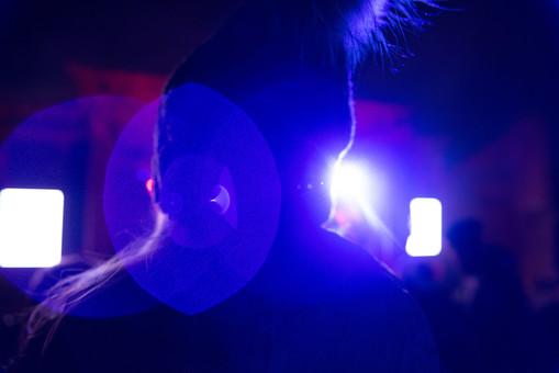 クラブ ライブ LIVE コンサート DJ 演奏会 音楽会 リサイタル ナイトクラブ キャバレー フロアショー 観客 観衆 見物人 観覧者 聴衆 オーディエンス ギャラリー 立ち見客 客 お客さん 会場 入館者 バンド 音楽 楽器 楽曲 ミュージック 歌 曲 唄 歌唱 ステージ 音響 スクリーン アンプ サウンド 公演 人 歓声 ライト 照明 手 蛍光 外 野外 冬 真冬 帽子 アップ
