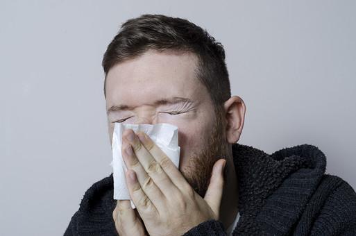 外国人 外人 男性 男 成人 病気 体調不良 具合が悪い インフルエンザ 風邪 カゼ 疲れ 寝起き 眠い 毛布 悪寒 寒い 通院 病院 入院 病  鼻水 鼻づまり 鼻炎 鼻をかむ mdfm006