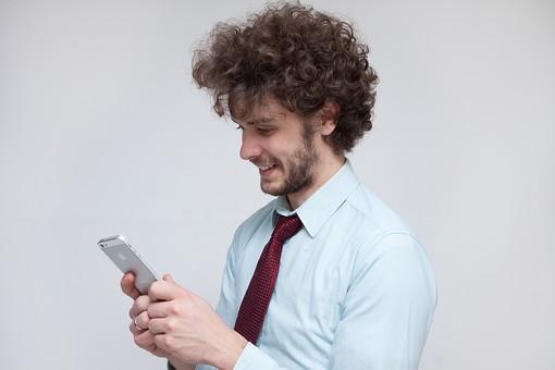 男性 Men 男 男子 外国人 外国人モデル 20代 30代 ビジネスマン サラリーマン スーツ ビジネススーツ 背広 ネクタイ シャツ  白背景 インターネット アプリ SNS ソーシャルネットワーク LINE Twitter Facebook スマホ アプリ 携帯 ケータイ ハンサム スマートフォン mdfm045