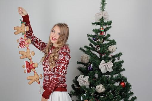 白バック 白背景 グレーバック 外国人 白人 金髪 ブロンド 20代 30代 女性 セーター ニット ノルディック柄 スカート クリスマス Christmas X'mas クリスマスツリー ツリー モミ もみの木 樅の木 モミの木 飾り オーナメント ボール リボン ブーツ 松ぼっくり 立つ  持つ カメラ目線 笑顔 スマイル 笑う 微笑む ガーランド ジンジャーブレッドマン ジンジャークッキー 柊 ヒイラギ ひいらぎ mdff129