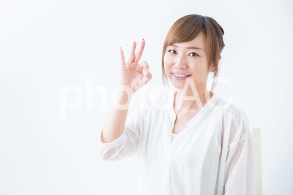 OKサインする女性の写真