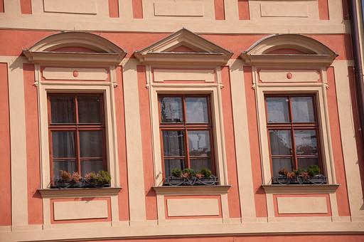 外国の窓と壁 窓 壁 外国 海外 チェコ ヨーロッパ 東欧 中欧 ガラス 透ける 綺麗 模様 外国風景 風景 素材  窓枠 四角  飾り プランター オレンジ 木枠 可愛らしい 半円 三角 植物