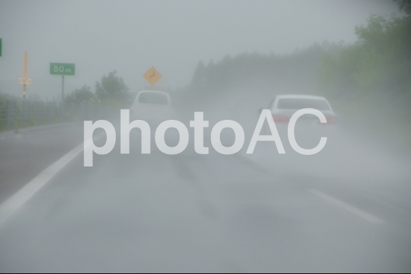 台風の中の運転の写真