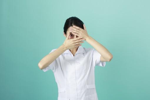 人物 女性 日本人 20代 30代   仕事 職業 医療 病院 看護師  ナース 医者 医師 女医 薬剤師  白衣 看護 屋内 スタジオ撮影 背景  グリーンバック おすすめ ポーズ 上半身 顔 隠す 両手 覗く 見る mdjf010