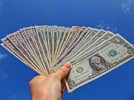 USドル USdollar アメリカ紙幣 dollar ドル札 紙幣 外貨 両替 お金 札束 外貨両替 お札 手 掲げる 青空 大空 旅行 海外 外国 1ドル札 10ドル札 20ドル札 50ドル札 アート bill