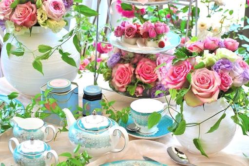 薔薇 花 ティーポット 紅茶 カップ 白 グリーン 緑 テーブルコーディネート,テーブルウエア,グラス,食器,シャンパングラス,アルコール,テーブル,食卓,ダイニング,レストラン,テーブルマナー,もてなし,おもてなし,テーブルセッティング,皿,ナプキン,空間,インテリア,記念日,パーティー,卓上,ガラス,カトラリー,装飾,豪華