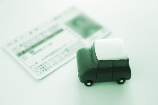 運転免許証 自動車 普通自動車免許 資格 ライセンス カード 免許証 提示 検問 身分証明 許可 義務 交通ルール 車社会 乗用車 更新 携帯義務 教習所 試験 素材 ビジネス 背景 ドライブ ドライバー 運転手 免許取消し 違反点数 警察 安全運転 交通事故