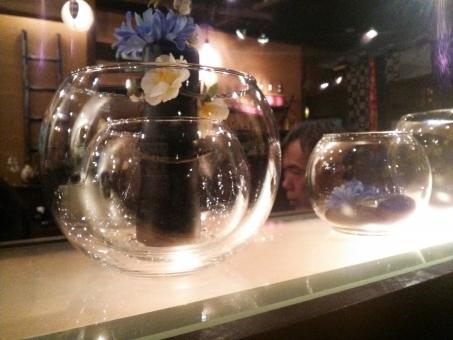グラス ガラス コップ タンブラー 洋酒 洋食器 食器 キッチン用品 食器 ブランデー ワイン コニャック 果実酒 ソムリエ カクテル ボトル ビン 瓶 花 青 透きとおる 輝く キラキラ きらきら 背景 背景素材 バックグラウンド