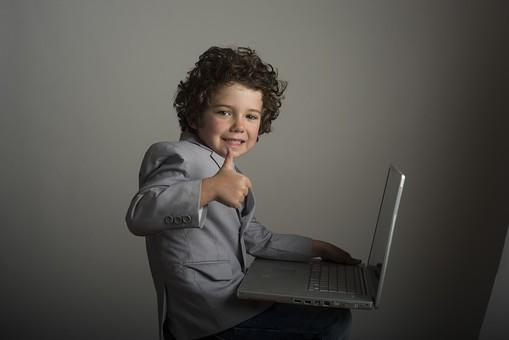 外国人 外人 白人 男性 男 男の子 子供 子ども 幼児 パーマ 天然 幼稚園 小学生 ビジネス ビジネスマン 仕事 働く 労働 サラリーマン 営業 スーツ Yシャツ ワイシャツ パソコン PC 情報 調べる 作成 メール 資料 ノートパソコン 横向き 笑顔 スマイル 微笑み 親指を立てる グッド グー mdmk011