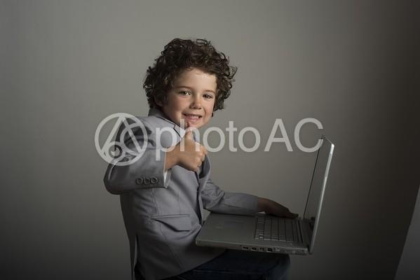 パソコンをする子供9の写真