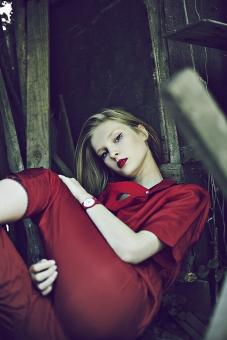 女性 外人女性  金髪 女の人 若い女性 金髪女性 顔 ウクライナ人 人物 外国人  顔 モデル ポーズ 自然 風景 樹木  スカート 夏 色白 白人 スリム  赤 真っ赤 オールインワン つなぎ 口紅 倉庫 アイマスク mdff016