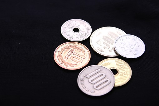 硬貨 小銭 金 コイン 金 6枚のコイン 6枚のお金 硬貨をバラバラに置く 1円から500円 1円 10円 5円 100円 50円 500円 おつり 小さいお金と大きいお金 6 1,5,10,50,100,500 小銭全種類 日本円 日本のお金 日本の小銭 黒