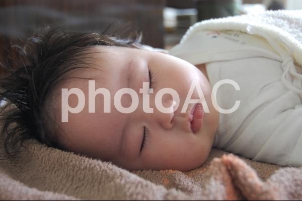 お昼寝をする赤ちゃんの写真