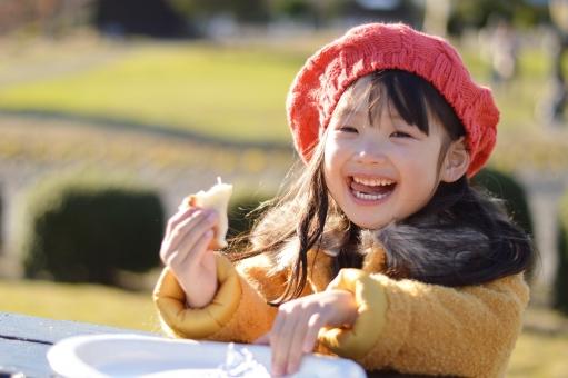 食べる 外 子供 こども 子ども 女の子 喜ぶ おいしい 笑顔 mdfk023