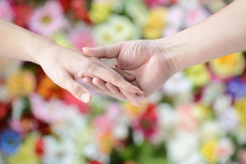 手 つなぐ 二人 夫婦 デート 恋愛 結婚 愛 愛情 花 花畑 植物 カラフル 絆 緑 男女 指 絡む 絡ませる ビューティー 家族 カップル 恋人 仲良し
