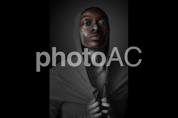 骨の形が浮き出た黒人のゴーストの写真