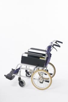 車椅子 車いす 車イス 白バック 白背景 全体  タイヤ 椅子 車輪 取手 一台  青 介護 不自由 医療 療養 医療器 障害 移動 福祉 用品  病院 ホスピタル 介助 手動 横 サイド
