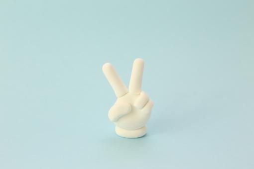 片手 水色背景 手 チョキ 指 2本 手首 手袋 白 合図 飾り 置き物 クレイ 粘土 粘土細工 模型 デザイン 人物 人 じゃんけん ピース ブイサイン サイン Vサイン 2つ