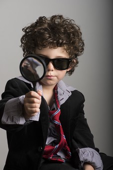 外国人 外人 白人 男性 男 男の子 子供 子ども 幼児 パーマ 天然 幼稚園 小学生 Yシャツ ワイシャツ 青 白 チェック 柄 ネクタイ 赤 ファッション お洒落  洋服 サイズ 大きい ダボダボ サングラス メガネ 黒いサングラス 虫眼鏡 拡大 アップ 調べる 調査  mdmk011