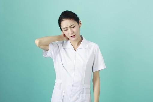人物 女性 日本人 20代 30代   仕事 職業 医療 病院 看護師  ナース 医者 医師 女医 薬剤師  白衣 看護 屋内 スタジオ撮影 背景  グリーンバック おすすめ ポーズ 上半身 首 首筋 痛い 疲労 疲れ ストレス くよくよ mdjf010