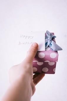 箱 水玉 リボン バースデーカード 誕生日 お祝い 文字 英語 メッセージ 伝言 ハッピーバースデー ギフト 贈り物 渡す 手渡し プレゼント 屋内 人 人物 手 持つ パープル 紫 青 ブルー白 白バック 白背景 1個 横から視線 思いやり 真心  Happy Birthday