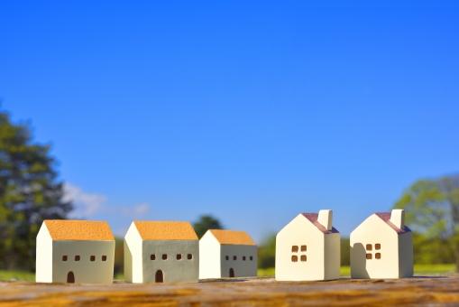 青空と住宅 ミニチュアの家の写真