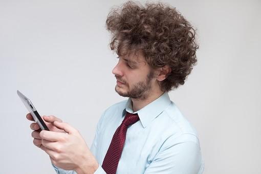 男性 Men 男 男子 外国人 外国人モデル 20代 30代 ビジネスマン サラリーマン スーツ ビジネススーツ 背広 ネクタイ シャツ  白背景 タブレット タブレットPC 薄型 インターネット アプリ タブレット端末 PDA  SNS ソーシャルネットワーク LINE Twitter Facebook ハンサム mdfm045