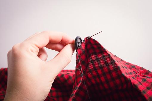 ソーイング 縫い物 裁縫 洋裁 手芸  手仕事 裁縫道具 裁縫用品 アップ 素材  趣味 ハンドメイド ホビー 生活 暮らし  小物 手縫い ファッション 縫う 針仕事 ボタン ボタンつけ 衣服 布 糸 針 白バック 白背景 人物 手 部分 手元