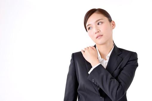 人物 日本人 女性 若い 若者  20代 スーツ 就職活動 就活 就活生  社会人 OL ビジネス 新社会人 新入社員  フレッシュマン 面接 真面目 清楚 屋内  白バック 白背景 上半身 肩こり 肩凝り 疲れ 疲労 ビジネスマン mdjf007