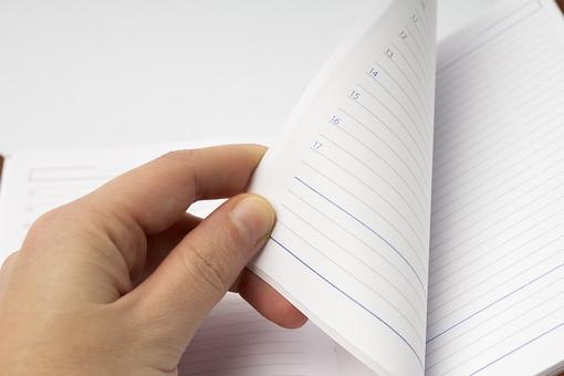 白バック 白背景 ノート ノートブック メモ 手帳 筆記帳 紙 文房具 文具 道具 雑貨 学習 学校 授業 勉強 仕事 ビジネス テキスト 学ぶ 書く 記録 記述 開く めくる 捲る 白紙 白色 手 指 罫線 横罫