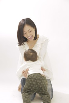 親子 母子 親 おや 母 母親 ママ マザー 子ども 子供 子 赤ちゃん 赤ん坊 乳児 幼児 ベイビー 抱っこ だっこ 抱く 絆 笑顔 笑う 女性 女 人物 触れ合い ふれあい 室内 部屋 座る 全身 日本人 mdfk008 mdjf016