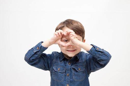 人物 こども 子ども 子供 男の子   少年 幼児 外国人 外人 かわいい   無邪気 あどけない 屋内 スタジオ撮影 白バック   白背景 ポートレート ポーズ キッズモデル 表情  シャツ  カジュアル 上半身 正面 手 丸 マル 覗く 見る 笑顔 スマイル mdmk010