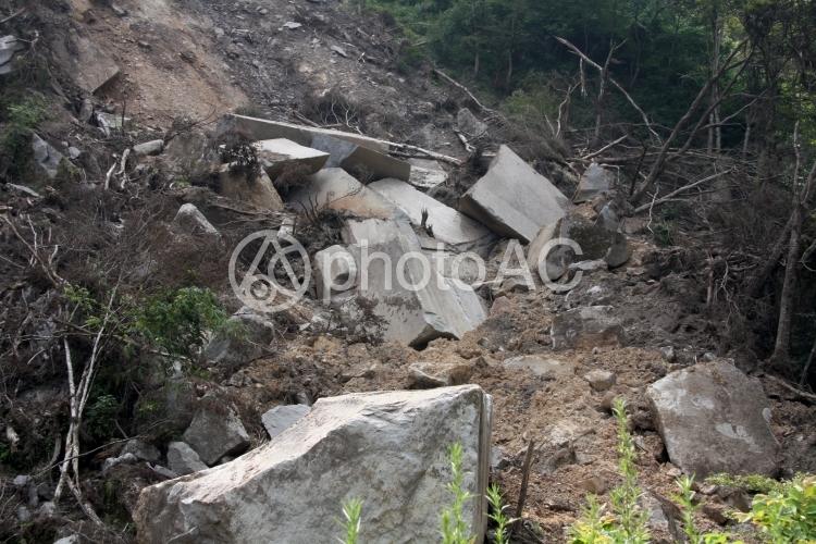 土砂崩れの跡の写真